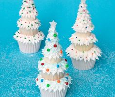 SO cute! Large, Medium & Mini #Cupcakes stacked to make a #Christmas tree!