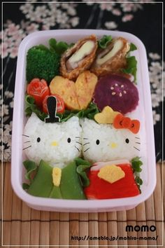 Clock bento-- nice use of space! Don't forget to work with your bento box, especially if it has a unique shape that ignites your creativity. Bento Kawaii, Japanese Food Art, Japanese Lunch Box, Temari Sushi, Anniversaire Hello Kitty, Cute Food, Yummy Food, Cute Bento Boxes, Boite A Lunch