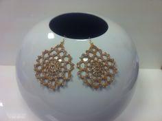 orecchini all'uncinetto,dipinti a mano nei toni dell'oro,con glitter dorati e vetrificati .di forma tondeggiante