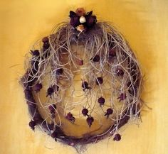 decoro autunnale realizzato con fili di palma spago e boccioli di rosa