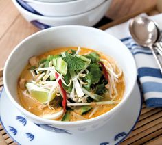 Annabel Langbein: Chicken laksa (we used tofu and veg) Raw Food Recipes, Asian Recipes, Chicken Recipes, Dinner Recipes, Cooking Recipes, Healthy Recipes, Cooking Time, Easy Recipes, Laksa Soup Recipes