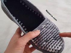 BU YILIN FAVORİSİ ÖNÜ PULLU BABET MODASI | Nazarca.com Crochet Shoes, Crochet Doilies, Fingerless Gloves, Arm Warmers, Espadrilles, Knitting, Clothes, Fashion, Dots