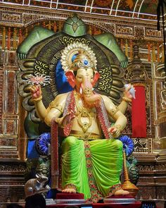 Shri Siddhi Vinayak Temple is divine place of God Ganesha. Click this Mumbai Traveling post to know about in details. Shri Ganesh Images, Ganesh Chaturthi Images, Ganesha Pictures, Festivals Of India, Indian Festivals, Ganesh Lord, Lord Vishnu, Ganpati Bappa Wallpapers, Colourful Wallpaper Iphone