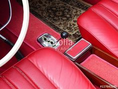 Schaltkulisse eines deutschen Mercedes Sportwagen der Sechziger Jahre mit Automatikgetriebe und rotem Interieur bei den Golden Oldies in Krofdorf-Gleiberg bei Gießen in Mittelhessen