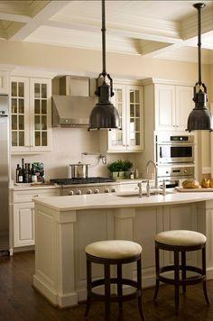 Cozinha off white com um pouco do estilo industrial nos pendentes também dá super certo!