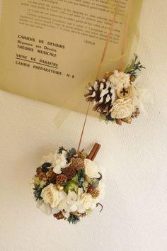 ホワイト系のお花や色々な種類の実をたくさんぎゅっとつめたボールアレンジと松ぼっくりにお花や実がついたミニアレンジ2つをつなげてつりさげて飾って頂くように仕上げ...|ハンドメイド、手作り、手仕事品の通販・販売・購入ならCreema。