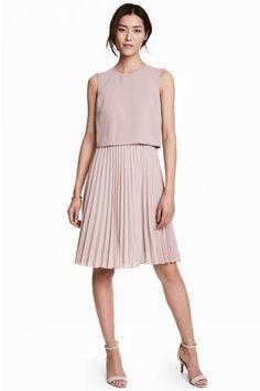 Платье длиной до колена из тканого материала. Лиф платья крепированный, сзади на молнии. Плиссированная юбка. На подкладке.