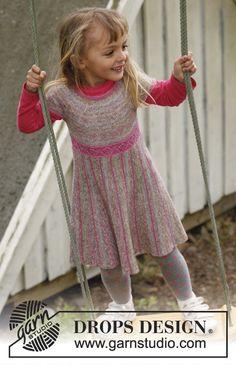 """Vestido DROPS, de punto, con la falda tejida en punto musgo de lado a lado con vueltas cortas, y el top tejido en punto jersey con pechera redonda en """"Fabel"""". Talla: 3 – 12 años. ~ DROPS Design"""