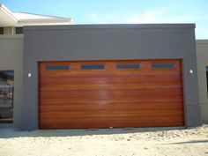 Wood look garage door Grey Exterior, Exterior House Colors, Exterior Paint, Dark Painted Walls, Flat Roof House Designs, Rendered Houses, Timber Garage, Entryway Flooring, Cedar Walls