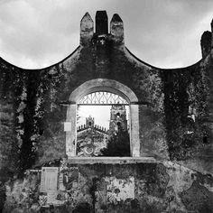 Las imágenes seleccionadas para la exposición ofrecen una muestra representativa de la extensa producción del autor, que realizó fundamentalmente fotografías de arquitectura (disciplina de la que fue gran conocedor) y que se interesó también por el paisaje, los grupos étnicos de México, la vida (y muerte) en los pequeños pueblos y el retrato.