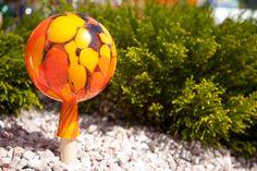 Die Mundgeblasene Rosenkugel zum dekorieren gibt's bei www.servusmarktplatz.at Orange, Glass Ball, Decorating, Lawn And Garden