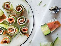 Low-Carb-Partysnack: Schnelle Gurken-Röllchen mit Lachs Low carb party snack: Fast cucumber rolls with salmon Snacks Für Party, Party Finger Foods, High Protein Recipes, Low Calorie Recipes, Tapas, Salmon Appetizer, Green Tea Recipes, Healthy Brunch, Food Design