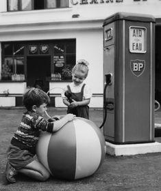 La pompe - by Robert Doisneau