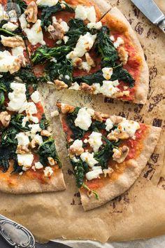 Pizza mit Spinat, Feta und Walnüssen auf einem Boden aus Weizen-Vollkorn-Mehl, gesund, lecker und kinderleicht nachzumachen | Whole Wheat Pizza with Spinach, Feta Cheese and Walnuts | #vegetarisch #vegetarian