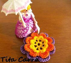 A flor em crochet da Princesa Playmobil http://www.titacarre.com