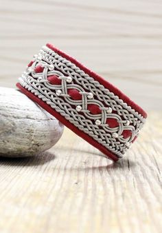 Lindas armband: Brett rött armband med inflätning och silverpärlor Bone Jewelry, Bangles, Bracelets, Handicraft, Beaded Jewelry, Wire, Jewels, Beads, My Style