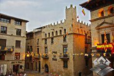 Espectacular pueblo con encanto de la comarca de la Matarraña, donde casi todos sus pueblos entrañan un encanto espectacular. Se podría decir sin duda que Valderrobres es el máximo exponente de esto. Con un imponente castillo dominando un homogéneo conjunto de casas de piedra muy bien conservadas.
