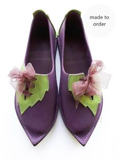 A woodland faery shoe with offset leafy lacing panel and ribbon detail. These look wonderful for costume or everyday use. The ribbons allow slight adjustment ac