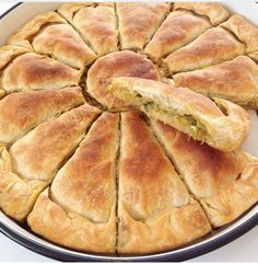 Pirasali Arnavut Böregi Pirasali Albanian Meat Ingredients: 5 water cans g) 2 vinegar Tuz, water To drive into the water: 1 Cay Bardagi can of butter Ic Material: 1 Tone Pir Pastry Recipes, Cookie Recipes, Turkish Recipes, Love Food, Quiche, Food To Make, Easy Meals, Food And Drink, Yummy Food