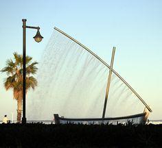 Fuente en el Paseo Marítimo ..... Monumento dedicado a los pescadores , es espectacular ver como el agua al caer forma la vela de la barca ..... Valencia (España )