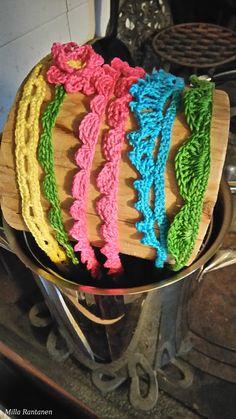 Virkatut hiuspannat kuivumassa kevyen tärkkäyksen jälkeen. Crochet headbands drying out after light starching.