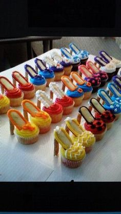 Shoe cupcakes made with Milano cookies and pirouettes for the heel! High Heel Cupcakes, Shoe Cupcakes, Yummy Cupcakes, Stiletto Cupcakes, Cupcake Art, Creative Cakes, Creative Food, Milano Cookies, Decoration Patisserie