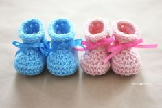 Adorable baby booties with ribbon detail; free pattern from Repeat Crafter Me blog.