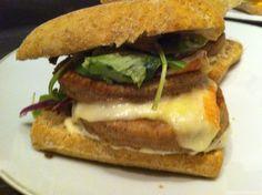 Burger+au+haché+de+poulet,+maroilles,oignons+rouges+et+sauce+kebab
