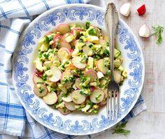Vajíčkový salát s ředkvičkami a medvědím česnekem , Foto: iStock Pasta Salad, Potato Salad, Potatoes, Lunch, Cooking, Ethnic Recipes, Crab Pasta Salad, Kitchen, Potato