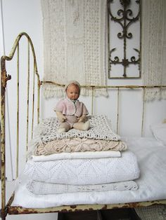 De Tuinkamer: Shabby White Living Part two Shabby Vintage, Shabby Chic Antiques, Vintage Linen, Antique Lace, Old Dolls, Antique Dolls, Vintage Dolls, Antique Beds, Vintage Accessoires