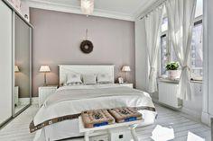 białe wnętrze, styl skandynawski, wiklinowy koszyk, ratanowy koszyk, sypialnia, łóżko, ławka, lampka