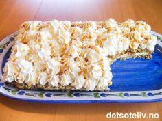 """""""Havregrynskake med krem"""" består av havregrynsbunner som fylles med vaniljekrem. Kaken pyntes med pisket krem og karamellsaus. Kaken er enkel å lage og har overraskende nydelig smak!! Oppskriften på """"Havregrynskake med krem"""" har jeg fra en av tantene til min mann, som også er min navnesøster, """"tante Kristine"""". """"Tante Kristine"""" er kjent for sine gode kaker! Norwegian Food, Norwegian Recipes, Sweet Cakes, Something Sweet, Parfait, Cake Recipes, Tart, Oatmeal, Bakery"""