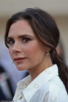 Victoria Beckham joins Johnny Depp at National Museum of Qatar opening - Beautiful: Victoria wore light touches of make-up to accentuate her pretty features… - Victoria Beckham Outfits, Victoria Beckham Diet, David Und Victoria Beckham, Victoria Beckham Short Hair, Victoria Beckham Makeup, Moda David Beckham, David Beckham Style, Viktoria Beckham, Pelo Corto Victoria Beckham