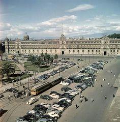 Una toma del Zócalo y el Palacio Nacional, captada por el fotógrafo Juan Guzmán a inicios de los años cincuenta.