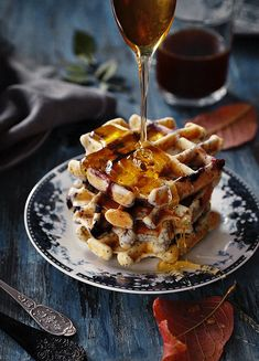i love this breakfast table set up.waffles are just extra yummy. Food Porn, Good Food, Yummy Food, Food Photography Tips, Sweets Photography, Mini Desserts, Food Pictures, Food Videos, Food Blogs