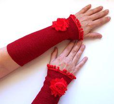 Armstulpen - Stulpen aus Walkfilz mit Rose und Bommeln - ein Designerstück von die_naeherin bei DaWanda