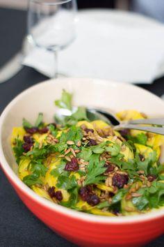 Salat med gule beder og soyaristede solsikkekerner