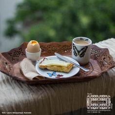 Jogo para café com lindas borboletas brasileiras, produzido com desenhos autorais pelo Studio Cris Azevedo. Prato de pão decorado com mini borboletas, com 15 cms e copo em porcelana com desenho de borboleta na parte frontal e no interior, capacidade110 ml.