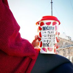 Cafetito de la tarde al solete como me gustan los sábados  Takeaway disponible en: www.merchezafor.com  #takeaway #takeawaycoffee #red #rojo #girl #rooftops #sandia #taza #tazas #tazaunica #tazapersonalizada #cool by merchezafor