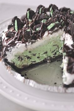 Ice Cream Pie Grasshopper Ice Cream Pie, wow this looks amazing!Grasshopper Ice Cream Pie, wow this looks amazing! Desserts Nutella, Ice Cream Desserts, Köstliche Desserts, Frozen Desserts, Dessert Recipes, Lemon Desserts, Irish Desserts, Frozen Cake, Oreo Ice Cream