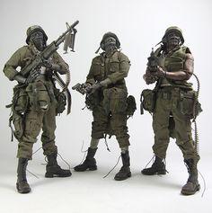 "threeA 將於9月13日(星期五)發行AK 系列(Adventure Kartel)許多threeA 玩具人熱烈期待的""Dead Easy Corp ZOMB MD CRACK ZOMB SOLDIERS set""。 這是今年threeA SDCC 限定品""醫療殭屍"" 的普通草綠軍服版本,內容包含了一款黑色(上士軍士長Sergeant Sweatbread Jones)、白色(二等兵Private Cornowski)以及紅色無袖(下士Corporal Veal Edwards)的殭屍士兵(ZOMB SOLDIER)。 這款商品將被列為AK 俱樂部(AKLUB)第三款商品,只要購買AK 俱樂部前四套商品(""炒家沒得賺""組合包、死亡太空黑幫雙人包)即可獲得一款只送不賣的1/6 MS SHADOW 人偶。 threeA - AKLUB Dead Easy Corp ZOMB MD CRACK ZOMB SOLDIERS set 2013 年9月13日(星期五)上午9點開放預購,售價260美金"