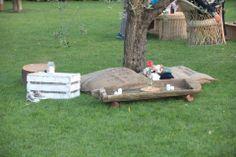 sedute e tavolini ecologici fatti con materiali riutilizzati e reinventati