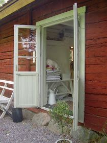 Elins Stuga: Min bror och svägerska bjuder in oss i sitt torp Swedish Cottage, Red Cottage, Cottage Style, Scandinavian Interior, Scandinavian Style, Sweden House, Red Houses, House By The Sea, Exterior Paint