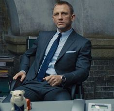 Suits for you Bond Wardrobe In our latest post in the Affordable Bond Wardrobe series we look at how to buy a 007 inspired suit. James Bond Suit, Bond Suits, James Bond Style, Daniel Craig Style, Daniel Craig James Bond, Daniel Craig Suit, Rachel Weisz, Modern Gentleman, Gentleman Style