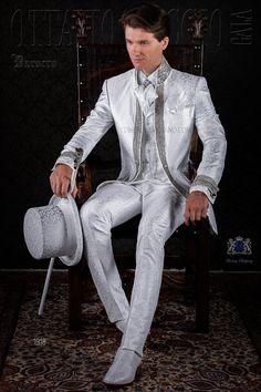 Traje de época barroco modelo redingote brocado blancocon pedrería cristal. Traje de novio 1918 Colección Barroco Ottavio Nuccio Gala.