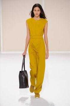 Belted one-piece jumpsuit in andalousite water-repellent cotton twill, Drag H bag in indigo blue Evercalf calfskin