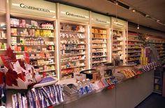 Hier zie je een wand met alleen maar producten zijn van middelen voor je gezondheid . Dit noemen we een randassortiment