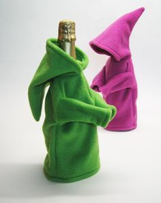 These bottle covers made us chuckle - and think of The Lord of he Rings, elfin as they are! Fabric Crafts, Sewing Crafts, Sewing Projects, Sewing Tutorials, Wine Bottle Covers, Bottle Bag, Practical Gifts, Wine Bottle Crafts, Diy And Crafts