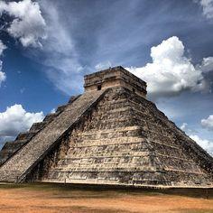Pirámide de Kukulcán in Tinum, Yucatán, also known as El Castillo, dominates the Mexican ruins of the Mayan city of Chichen Itza.