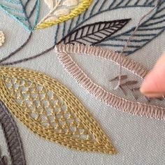 Hand Embroidery Videos, Hand Embroidery Flowers, Hand Work Embroidery, Embroidery Patterns Free, Hand Embroidery Stitches, Silk Ribbon Embroidery, Crewel Embroidery, Hand Embroidery Designs, Indian Embroidery